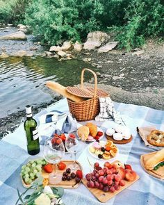 Cute picnic basket filled with snacks and drinks, some sweet treats and a bottle of wine ~ picnic essentials covered Picnic Date Food, Picnic Time, Picnic Ideas, Picnic Parties, Picnic Recipes, Beach Picnic Foods, Fall Picnic, Picnic At The Beach, Family Picnic Foods