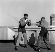 Bob Gosani, Treason Trial – End of Round 1 – Nelson Mandela boxing on the roof top of a newspaper building in Johannesburg, courtesy of BaileySeippel Gallery Johannesburg, copyright BAHA Nelson Mandela, Beautiful Monday, Gil Scott Heron, Famous Pictures, Black Presidents, Lest We Forget, 10 Year Old, African History, Jimi Hendrix