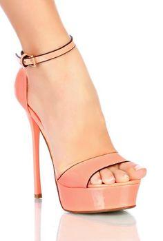 Sandales Corail avec liseré noir: Craquez pour ces superbes sandales corail vernis très tendance. On aime son haut talon et son compensé au devant pour une allure terriblement sexy. Le liseré noir tout autour de la chaussure apporte la touche chic. Se ferme à l'aide d'une bride sur le côté. Semelle très confortable. Chaussure avec semelle intérieure et doublure synthétique.Tailles: 36....41Hauteur talons aiguilles: 14 cm réduit à 11 cm grâce au compensé de 3 cm Ecommerce, High Heels, Platform, Aide, Shoes, Fashion, Shoes Sandals, Shoes High Heels, Heeled Sandals