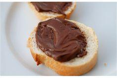 ヨーロッパやアメリカでは一家にひとつ常備していると言っても過言ではない、チョコレートクリーム「Nutella(ヌテラ)」。 お土産や海外で味わった経験のある人は、ふと恋しくなることもあるのでは? そんな「Nutella」に近いおいしさを、家で作ってしまいましょう。 【材料】約360ml分 ・生のヘーゼルナッツ(480c...