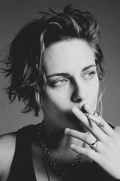 Kristen Stewart Talks Feminism Smokes Cigarettes for Edgy Wonderland Magazine Shoot: See Pics! Kristen Stewart Short Hair, Kirsten Stewart, Women Smoking, Girl Smoking, Modern Feminism, Peinados Pin Up, Images Esthétiques, Tough Girl, Girls Image