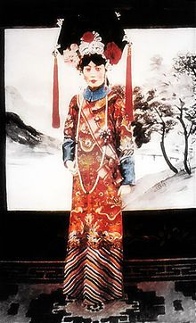 Lady Gobulo, Empress Xiaokemin November 1906 – 20 June better known as Empress Wanrong, was the empress of Puyi, the last Emperor of China and final ruler of the Qing Dynasty. She became empress of the puppet state of Manchukuo when Puyi was ins Culture Art, Chinese Culture, Last Emperor Of China, China Image, Chinese Clothing, Ancient China, Qing Dynasty, Vintage China, Traditional Dresses