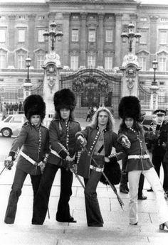 Van Halen in front of Buckingham Palace, 1978 Eddie Van Halen, Alex Van Halen, Wolf Van Halen, David Lee Roth, Heavy Rock, Heavy Metal, Michael Anthony Van Halen, Wolfgang Van Halen, Progressive Rock
