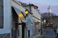 esas callecitas del Barrio Histórico de Colonia, de tardecita-noche