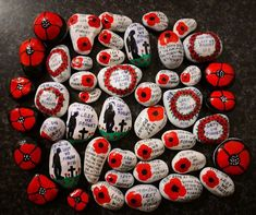 Waffenstillstand Source by Remembrance Day Activities, Remembrance Day Art, Crafts For Seniors, Crafts For Kids, Poppy Craft, Fall Art Projects, Anzac Day, Australia Day, Rock Crafts