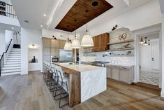 Exquisite and spacious kitchen in white and wood [From: Twist Tours Photography] Small Kitchen Bar, Wooden Kitchen, Diy Kitchen, Kitchen Storage, Kitchen Island, Kitchen Ideas, Kitchen Cabinets, Wooden Beams Ceiling, Wooden Countertops