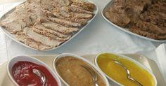 Fabulosa receta para Tres salsas para acompañar carnes asadas. Estas son las tres salsas con las que acompañé las carnes frías asadas en el buffet de comunión de Martita. Ideal para carnes rojas. Estas salsas son muy sencillas de hacer y se pueden elaborar con los ingredientes que más os gusten. No dudéis en poner a prueba vuestro ingenio en la cocina.  Estas salsas se deben servir a temperatura ambiente, pero es mejor conservarlas en la nevera hasta el momento de servir.  Vídeo: Salsas para…
