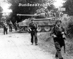 Un Panther et des Panzer-Grenadiere de la Panzer-Lehr sur le front Normand, sans doute début juin 1944.