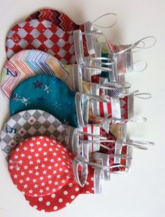 Boules de noël en tissu pour calendrier de l'agent tuto Holiday Crafts For Kids, Holiday Decor, Sewing Online, Diy Advent Calendar, Halloween Door Decorations, Couture Sewing, Christmas Crafts, Noel Christmas, Hair Style