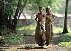 balap karung hayuk :D World Photography, Children Photography, Child Smile, Foto Baby, Traditional Games, Happy Kids, Kids Playing, Cute Kids, Childhood Memories