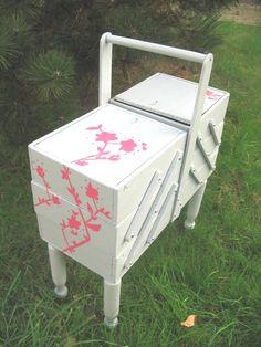 Table basse so british meubles et rangements par for Meuble couture travailleuse