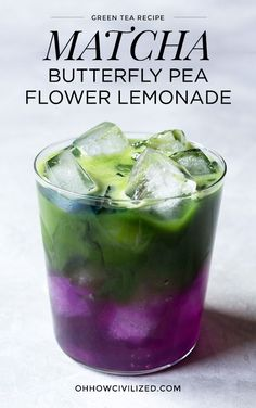 A pretty, color-changing layered iced matcha green tea lemonade made with butterfly pea flowers that turns the drink from blue to purple. Easy Lemonade Recipe, Matcha Lemonade Recipe, Butterfly Pea Flower Tea, Smoothies, Matcha Drink, Green Tea Recipes, Veggie Juice, Fat Burning Detox Drinks, Le Diner