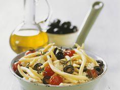 Pasta mit Oliven, Schafskäse und Kirschtomaten - smarter - Zeit: 15 Min. | eatsmarter.de