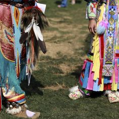 New York-based photographer Marissa Kaiser has captured some striking and colourful moments from a traditional Native American Tribal Gathering. This photo was taken from a four-day pow-wow in Oregon. (via Nowness) Danza Tribal, Tribal Dance, Pow Wow, Native American Regalia, American Indians, Powwow Regalia, First Nations, Art Direction, Nativity