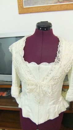 ENTRE TELAS: EMPEZANDO Y TERMINANDO TRABAJOS EN LA ACADEMIA PA... Vintage Dresses, Vintage Outfits, Sewing Doll Clothes, Heirloom Sewing, Dress Sewing Patterns, Costume Design, Lace Shorts, Ruffle Blouse, Fashion Outfits