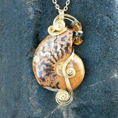 Alambre envuelto colgante - collar de Brown amonita fósil en oro