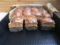 Ciasto makowy król to istny monarcha wśród ciast :). Słodycz ciasta makowego i lekka słoność masy dzięki dodatkowi masła orzechowego sprawia że wszyscy się nim zachwycają. Składniki na ciasto makowe: 1 puszka masy makowej 850 gram1 opakowanie budyniu waniliowego6 dużych jajek rozmiar L4 łyżki kaszy Polish Recipes, Empanadas, Muffin, Pasta, Baking, Breakfast, Sweet, Desserts, Christmas