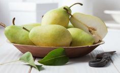 ¿Cuáles son los beneficios del agua de pera? Además de saciar tu apetito, esta fruta preparada den agua puede ayudarte a eliminar toxinas. Incluso entre los beneficios del agua de pera se encuentra el aliviar la cruda. No solo aprende a prepararla, descubre aquí todos los beneficios del agua de pera.
