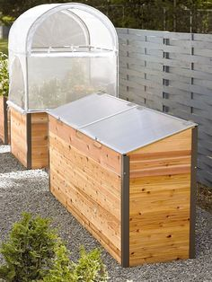 If space is an issue the answer is to use garden boxes. In this article we will show you how all about making raised garden boxes the easy way. Vertical Pallet Garden, Herb Garden Pallet, Cedar Garden, Pallets Garden, Potager Garden, Aquaponics Diy, Hydroponics, Greenhouse Plans, Dome Greenhouse