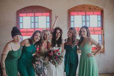 Festival Boho Hochzeit, Boho Wedding Braut und Bridemaids in Emeraldgrün und Mint Mediterranean Wedding, Bridesmaid Dresses, Wedding Dresses, Color Trends, Wedding Designs, Emerald, Mint, Colour, Green