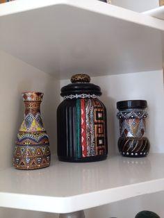 Точечная роспись обычные баночки- скляночки делает стильными помощницами на кухне. )