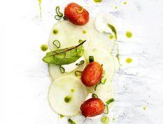 Nauriscarpaccio, marinoidut kirsikkatomaatit ja vuohenjuustokreemi