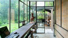 Keuken en terras. Bekijk meer inspirerende interieurs op walhalla.com