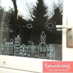 Ben jij al bekend met de nieuwste rage: raamtekeningen! Je maakt ze met behulp van een krijtstift en een leuk ontwerp. Zo versier jij de ramen van je huis met de leukste illustraties. Van de gloednieuwe webshop raamtekening.nl mocht ik een aantal ontwerpen proberen. Kijk je mee?