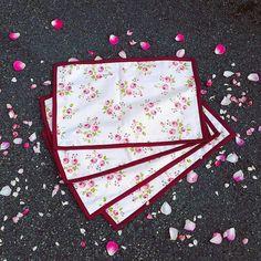 #bernina #ringaroses #gütermann #individuais #personalizar #placemates #personalized Card Case, Cards, Handmade, Hand Made, Craft, Map, Playing Cards, Maps, Handarbeit