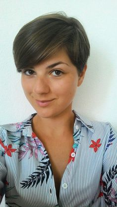 Brown pixie cut with natural highlights from the sun ♡ loving it !!!