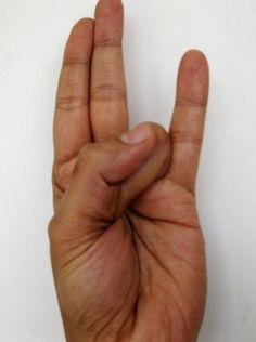 Surya Mudra –para reducir el exceso de grasa y reducir el colesterol malo Surya Surya mudra ayuda en la reducción de la grasa. Haz lo requerido por 10-15 minutos. Este mudra se forma mediante la colocación de la punta del dedo anular en la base del pulgar y aplicando una leve presión del pulgar en el dedo.