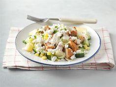 Tämä ruokaisa salaatti käy hyvin lounaaksi, sillä peruna, broileri ja raejuusto tuovat siihen täyttävyyttä. Tähän salaattiin voit hyödyntää vaikka edelliseltä päivältä ylijääneet perunat. Fried Rice, Gluten Free Recipes, Cobb Salad, Free Food, Risotto, Fries, Food And Drink, Ethnic Recipes, Gluten Free Menu