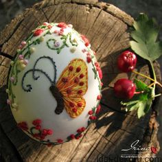 Embroidery on natural eggshell. Egg Crafts, Easter Crafts, Arts And Crafts, Art D'oeuf, Egg Shell Art, Egg Tree, Diy Ostern, Plastic Eggs, Egg Designs