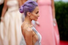So wrong its right! I normally am not a fan of colorful hair, but Nicole Richie was a walking work of art! She looked stunning on the red carpet. #sowrongitsright #metgala2014