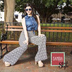 Luce tu #SandiaStreetStyle en todos lados, siempre con una buena actitud!! Blusa amarrada de  jean con pantalones altos bota ancha súper chics!!