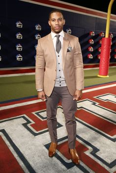 Attending Tommy Hilfiger's fall 2015 women's show during New York Fashion Week, Victor Cruz was a smart addition to the front row. Wearing a layered look from the brand, Cruz went for shades of tan and gray as he sported a Tommy Hilfiger blazer, knit cardigan and pleated trousers with a shirt and tie.