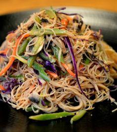 Σαλάτα με νουντλς ρυζιού, λαχανικά και σάλτσα με σόγια και λεμόνι | Γιάννης Λουκάκος Asian Recipes, Ethnic Recipes, Spring Rolls, Appetisers, Chinese Food, Japchae, Noodles, Spaghetti, Food Porn