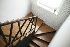 Look at this hip photo - what an inventive type Modern Stair Railing, Staircase Handrail, Stair Railing Design, Staircase Remodel, Stair Decor, Curved Staircase, Modern Stairs, Narrow House Designs, Steps Design