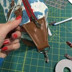 I had a fabulous and busy day sewing along with the ladies in the Bag of the Month Club Facebook Group. I promised to move it all here, so that it can referred in the future. This is a supplement to the pattern instructions, they are much more detail Πολύ καλές οδηγίες.