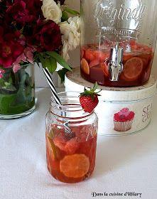 Sangria rosé fraise et citron vert / Strawberry and lime rosé sangria Party Drinks, Cocktails, Rose Sangria, Bon App, Mojito, Punch Bowls, Smoothies, Brunch, Strawberry