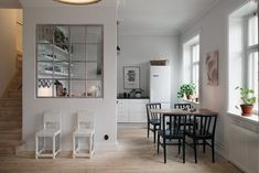 Interesting space divider between kitchen and living room - with dining table in the middle