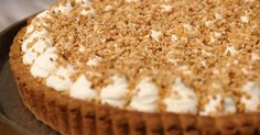 Jeroen bakt vandaag een typisch Belgische taart met een exotische naam. De bodem van de bresiliennetaart is een zacht gistdeeg waarop flan komt. Traditioneel wordt de taart afgewerkt met (veel) slagroom en bresiliennenootjes. Een taart om van te genieten tot de laatste kruimel.