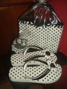 Bolsa confeccionada com caixa de leite, sandália Havaiana e pulseira, forradas com tecido de algodão.