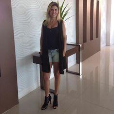 Linda linda de #coleteria a querida cliente carioca @natyqcs !! Amamos os look! 💗😍 #semprecoleteria #colete #coletedetricot #tricot #trico #maxicolete #coletefeminino #coletepreto  www.coleteria.com.br