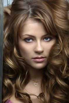 A Stylist's Guide on Getting Caramel Highlights for Brown Hair - Hair Glamourista Hair Colors For Blue Eyes, Hair Color And Cut, Cool Hair Color, Hair Colour, Brown Hair With Caramel Highlights, Hair Highlights, Caramel Hair, Carmel Highlights, Zooey Deschanel