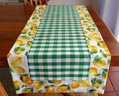 Table Runner And Placemats, Table Runner Pattern, Quilted Table Runners, Bed Cover Design, Bubble Quilt, Table Etiquette, Fabric Fish, Chicken Scratch Embroidery, Towel Crafts