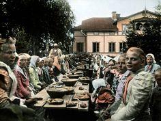 Tämä naisjoukko nauttii hyvin ansaittua ateriaa, sillä heillä on ollut talkoot. Real People, Travel, Woman, Kitchen, Viajes, Cooking, Kitchens, Destinations, Women