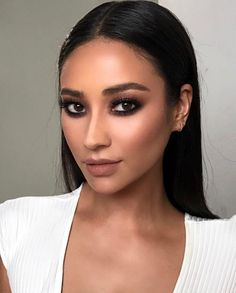 15 Stunning Hair & Makeup Pegs by Shay Mitchell – Star Style PH - Eye Makeup Shay Mitchell Makeup, Beauty Make-up, Beauty Secrets, Beauty Hacks, Hair Beauty, Beauty Style, Celebrity Makeup Looks, Celebrity Make Up, Makeup Tutorials