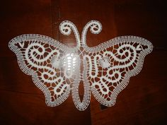 Il fantastico mondo del tombolo: pizzi, trine, merletti e disegni a tombolo Bobbin Lace Patterns, Lace Making, Simple Art, Irish Crochet, Projects To Try, Bruges, Butterfly, Christmas Ornaments, Holiday Decor