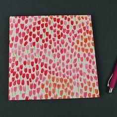 Cremefarbenes Gästebuch mit pink, rot, orange Tulpen. Ein Gästebuch für die romantische Hochzeit. Ein quadratisches, personalisierbares Gästebuch.